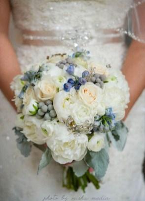 Casual Winter White Bouquet Ideas07