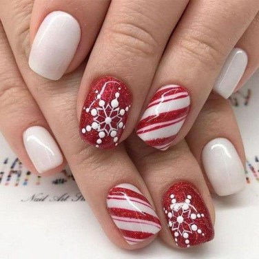Modern Christmas Nails Ideas10