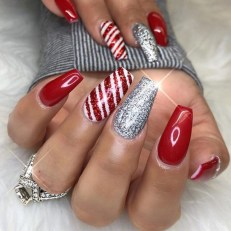 Modern Christmas Nails Ideas25