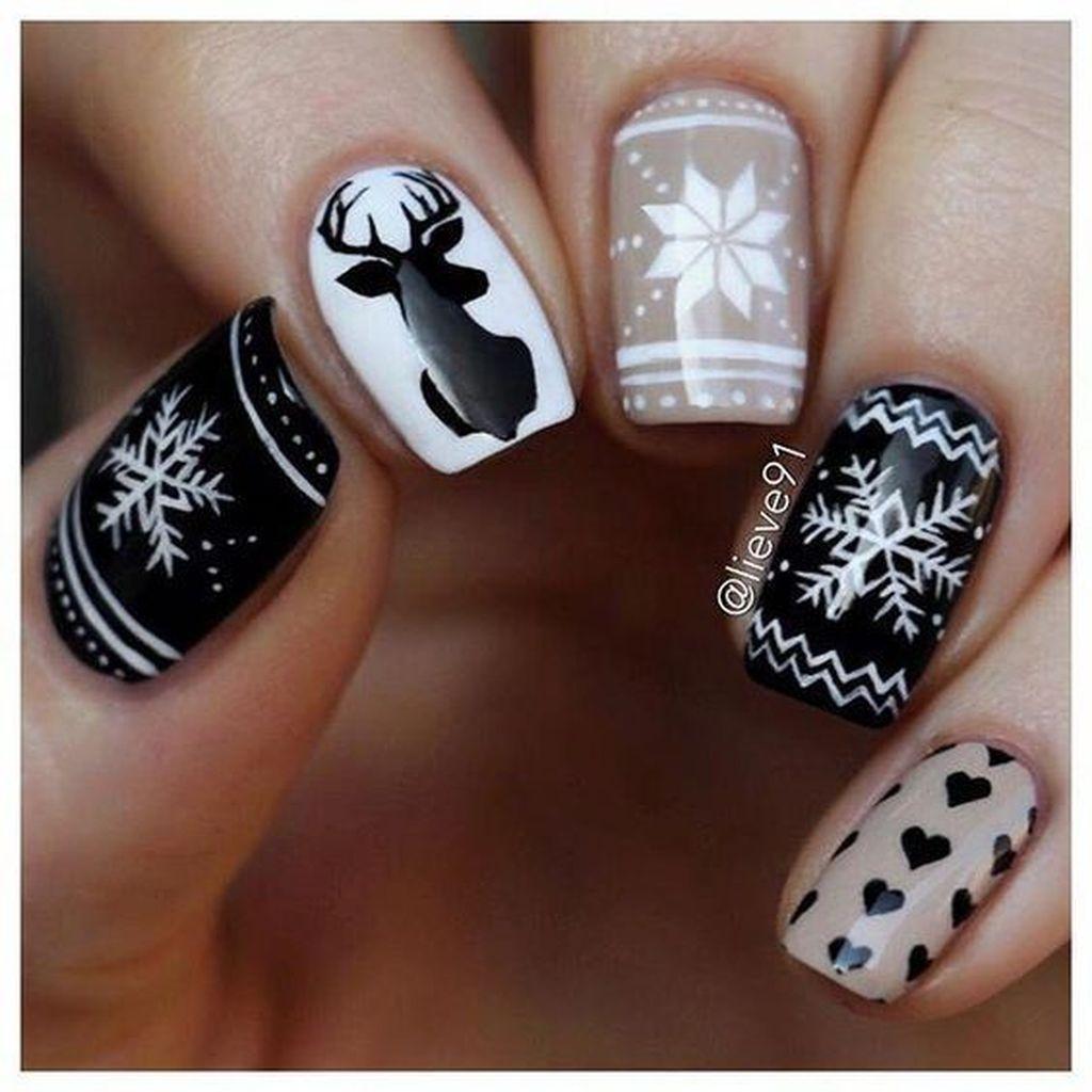 Modern Christmas Nails Ideas43