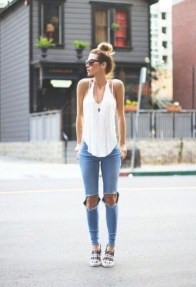 Hottest Women Summer Outfits Ideas With Ripped Jeans To Try10