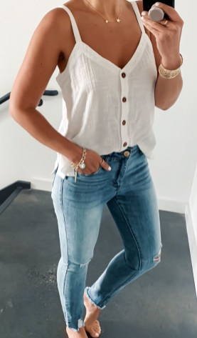 Hottest Women Summer Outfits Ideas With Ripped Jeans To Try28