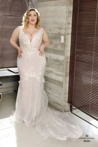 Impressive Wedding Dresses Ideas That Are Perfect For Curvy Brides18