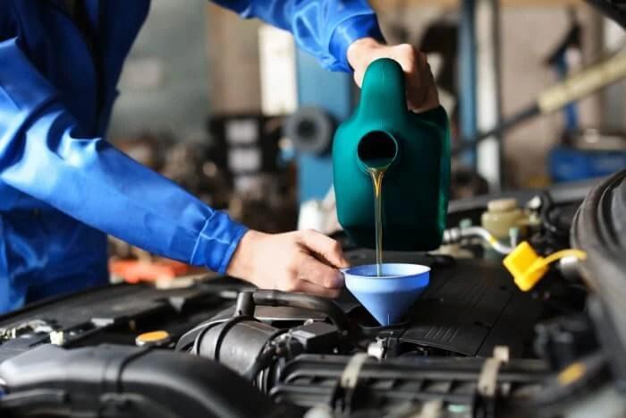 Motoröl wird bei einem Auto nachgefüllt