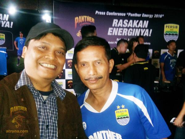 Adetruna sempat mengajak Coach Djanur untuk berswafoto bersama