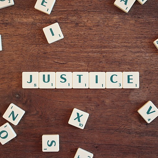 Imagen decorativa con las letras de la palabra JUSTICIA
