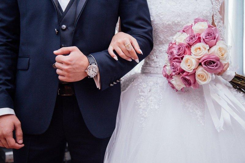 Imagen sobre unos novios vestidos de boda