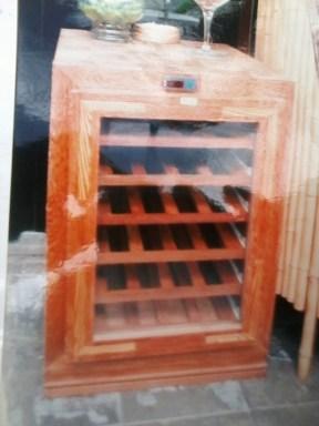Cave - 24 garrafas, com sistema de refrigeração próprio. Ideal para espaços pequenos. Pode contar com rodas na base para maior mobilidade.