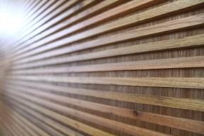 Armário-adega em madeira freijó. Particular. Barra da Tijuca. Altura: 2, 53m; Largura: 3,60m; Profundidade: 60 cm. Detalhe: Porta de correr em madeira frisada.
