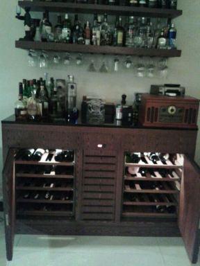Cave com sistema de refrigeração próprio. 100 garrafas. Rio de Janeiro, RJ. 2012.