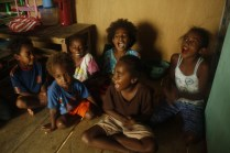 Anak-anak Papua bernyanyi ceria