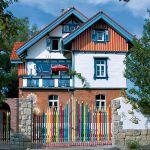 adelaparvu.com despre casa colorata, gard cu forma de creioane, interioare colorate, idei creative acasa, designer Bine Braendle