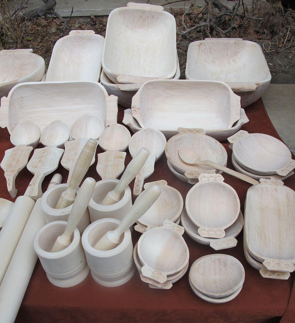 adelaparvu.com despre obiecte cioplite in lemn de familia Lepadatu Baneni Valcea, obiecte de bucatarie si tabure traditionale din lemn (4)