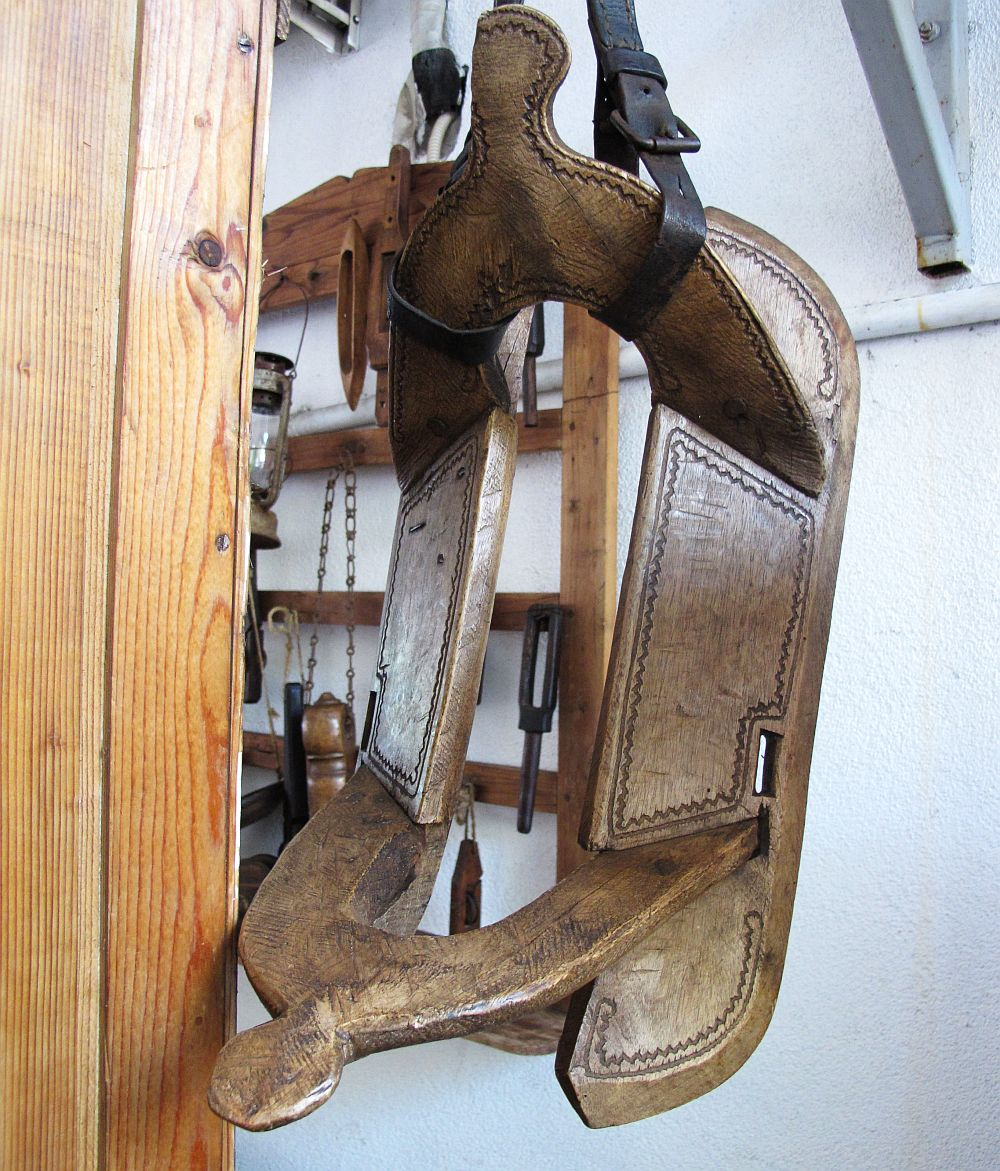 Stand Ghita Axinie - șa de măgar din lemn