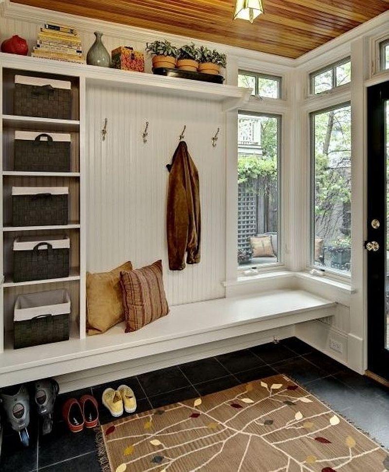 Intr-un spatiu mic poate fi organizat un loc bun pentru depozitarea hainelor. Foto Crystal Kitchen Center