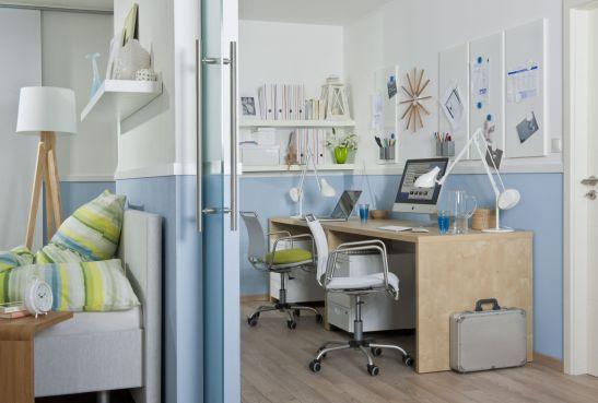 Loc de birou separat cu usi glisante in dormitor. O idee de la specialistii Rigips