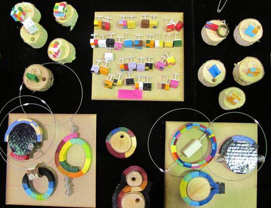 Bijuteriile din hartie realizate de arh. Delia Eliza Matache sunt ingenioase, colorate si variate. De la butoni pentru camasa si pana la coliere si bratari ai de unde alege.