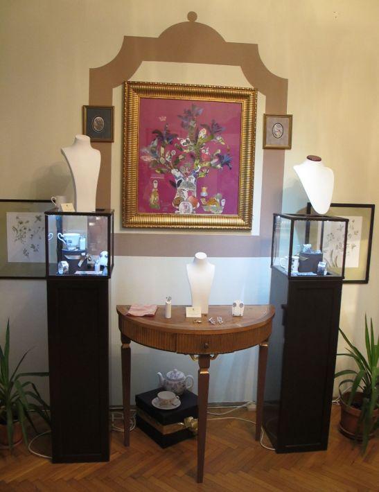 Bijuteriii colectia primavara 2013 Wagner Arte frumoase. Pe perete colaj semnat Ana Wagner