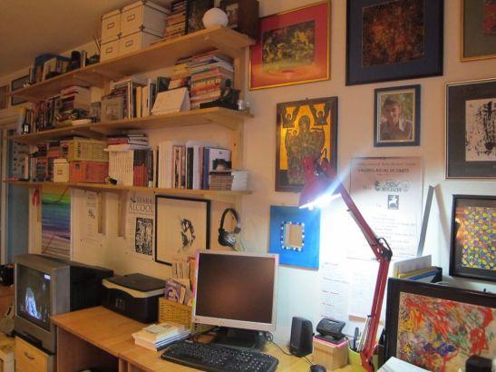 Ca sa ai si loc pentru imprimanta pe masa de birou lungimea ei trebuie sa fie de 160 cm. Aici masa de birou are 100 cm, iar in prelungirea ei este o alta masuta de 65 cm lungime.