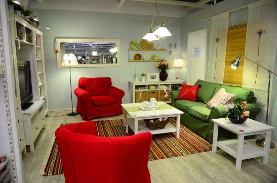 Living transformat cu decoratiuni potrivite pentru sezonul cald
