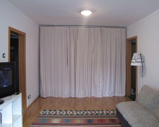 Dulapul inchis cu perdea. Materialul textil poate fi schimbat usor, ceea ce trensforma i ambientul camerei