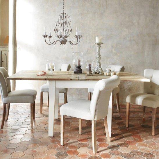 Idee de ambient rustic elegant in sufragerie cu lustra imitatie cristale. Foto Maison du monde