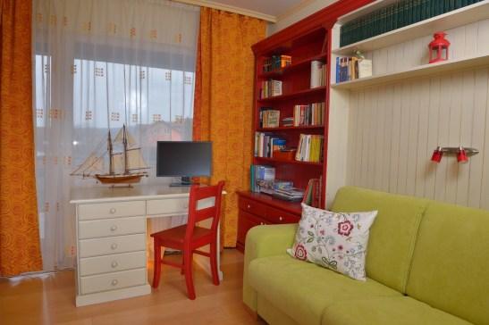 Biblioteca realizata din lemn masiv de stejar cu incadrare din lemn pentru canapea Dimensiuni 420x 240x22 37 cm pret 2344 euro Birou alb antichizat cu sertare pret 405 euro