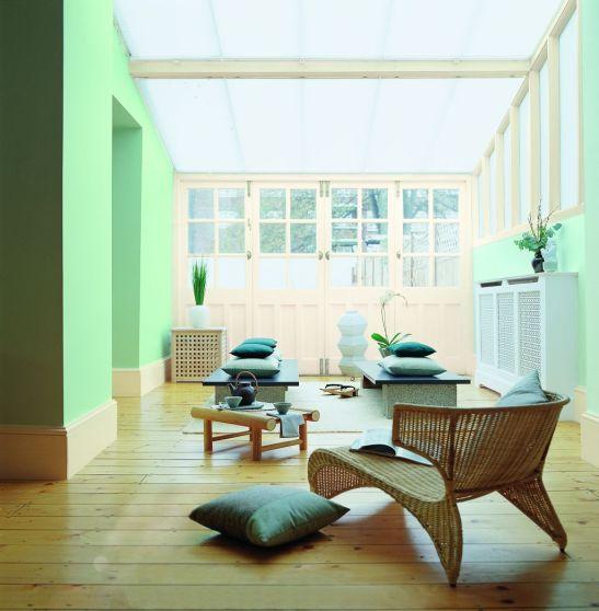 Nuanta linistitoare de verde in living luminos Foto Copyright © Akzo Nobel