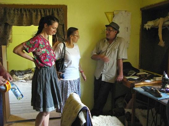 Ileana Sebe si Agnes Lukacs la taclale cu unul din meșterii sibieni