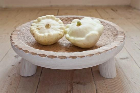 te-ai așezat vreodată într-un bol? nici acum nu prea ai cum, dar bolul nostru cu dantelărie sculptată manual e inspirat din faimosul scăunel țărănesc. merele tale o să stea ceva mai relaxate.