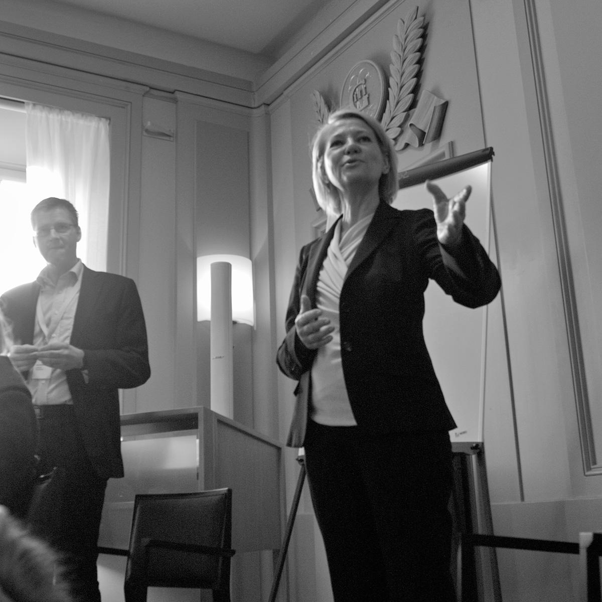 Riksantikvarie Inger Liliequist har ordet och ansvaret för K-samsök. Projektet blev möjligt genom att RAÄ har tagit på sig ansvaret att drifta och utveckla K-samsök.