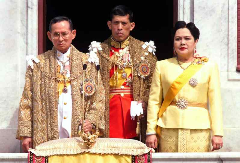Maha Vajiralongkorn mit seinen Eltern König Bhumibol und Königin Sirikit.