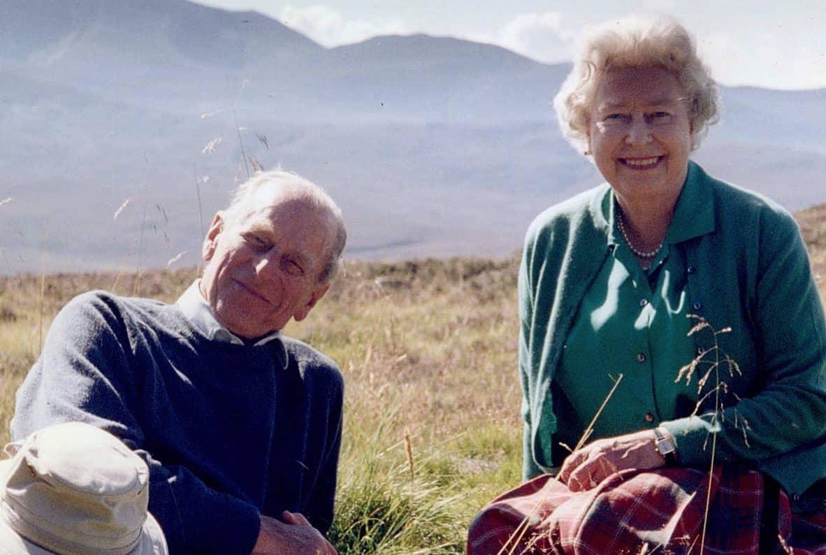 Queen-Elizabeth-R-hrendes-Foto-mit-Prinz-Philip