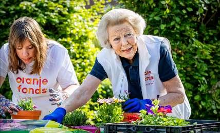 """Prinzessin Beatrix packt beim Freiwilligentag """"NL Doet"""" mit an"""
