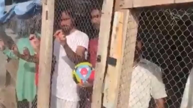 شاهد بالفيديو.. امارتي يحبس هنودا داخل قفص حيوانات لهذا السبب