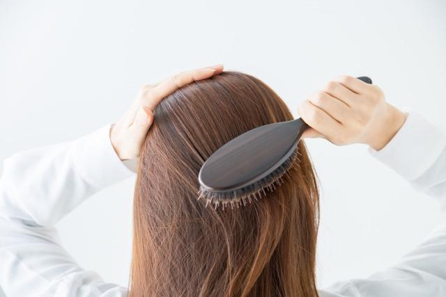 髪をブラシで梳かす重要性とは?