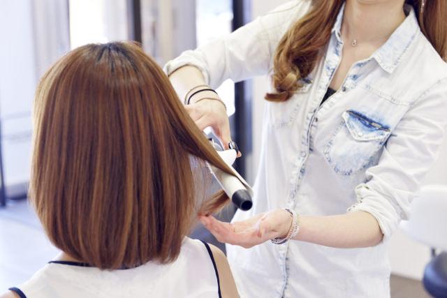 ヘアアイロンによる枝毛や切れ毛にお悩みの方へ!ダメージの原因と対策を解説