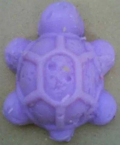 Gambar kura-kura dari sabun berwarna ungu