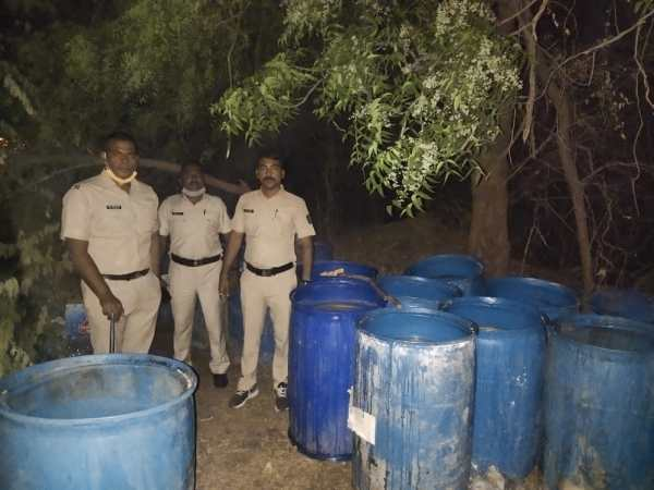 दौंड पोलीस स्टेशन हद्दीतील गावठी हातभट्टी दारू काढणाऱ्या वर श्री मयूर भुजबळ परि पोलीस उपअधीक्षक दौंड यांची मोठी कारवाई, 1 लाख 10 हजार रुपयांचा मुद्देमाल केला नष्ट.