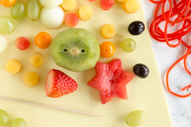 4. stick hål i frukten till fruktfigurerna
