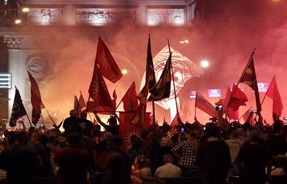 Βίαια επεισόδια στη Βουλή των Σκοπίων με 7 τραυματίες & 25 συλλήψεις