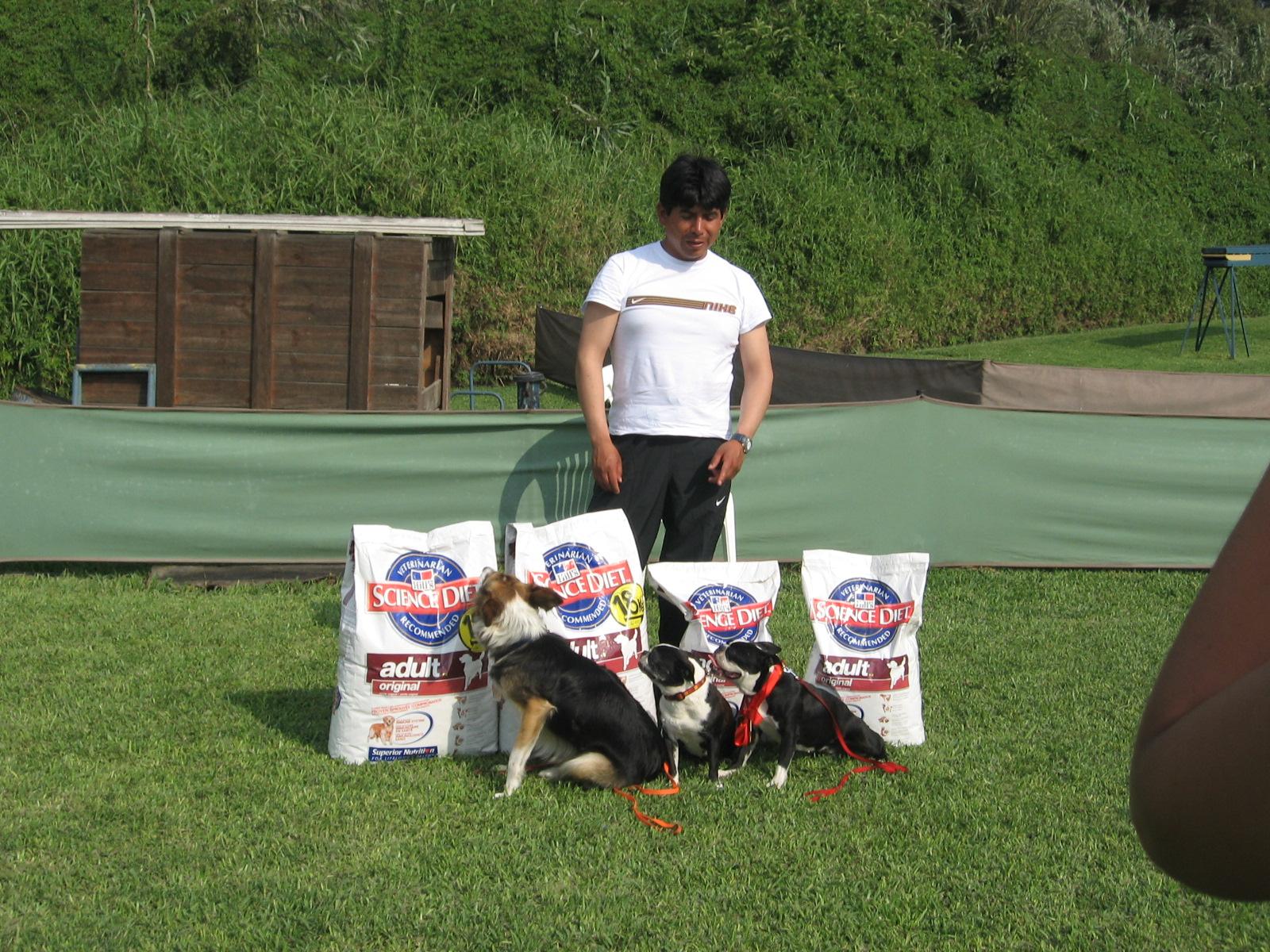 Richard con sus mascotas y premios obtenidos