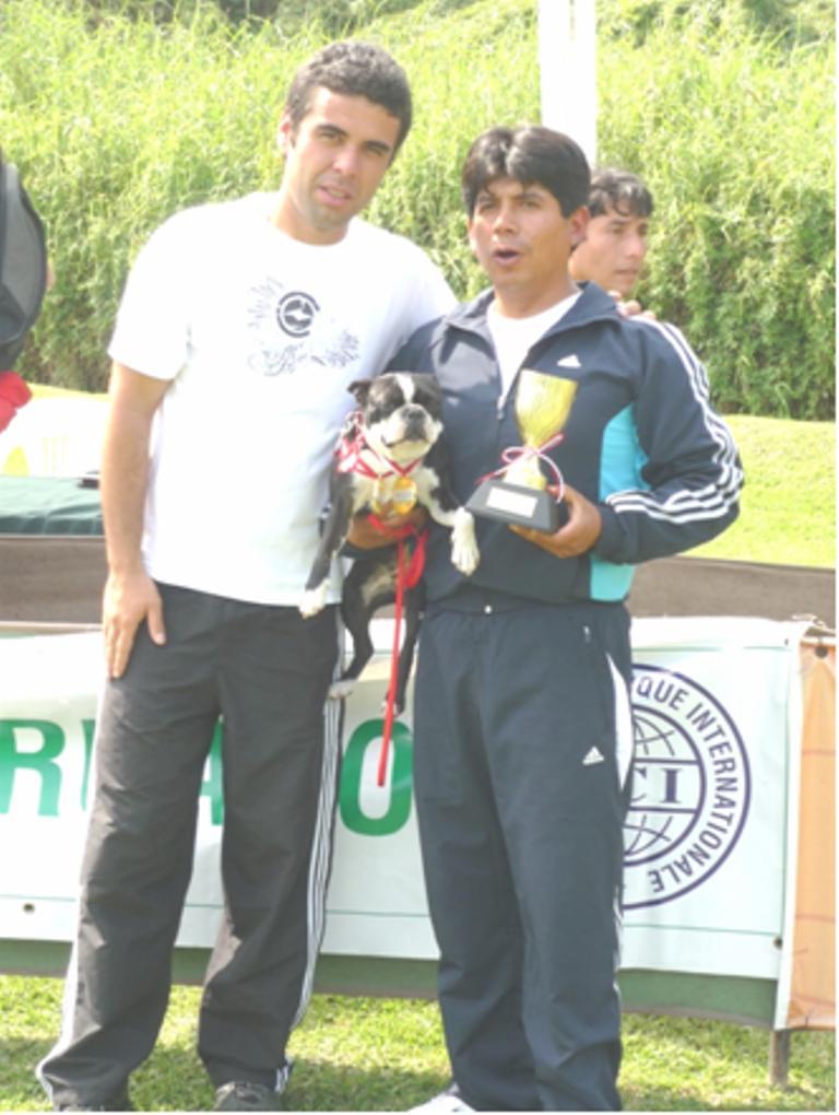 Richard Jimenez es premiado por el Juez CBKC- FCI Jose Luis Filho de Brasil