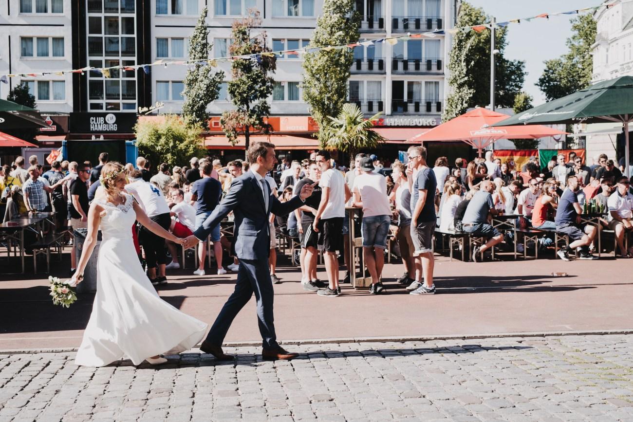 Hochzeit in Hamburg von FC St.Pauli Fans, Pärchenshooting auf der Hamburger Reeperbahn vor Fussballfans