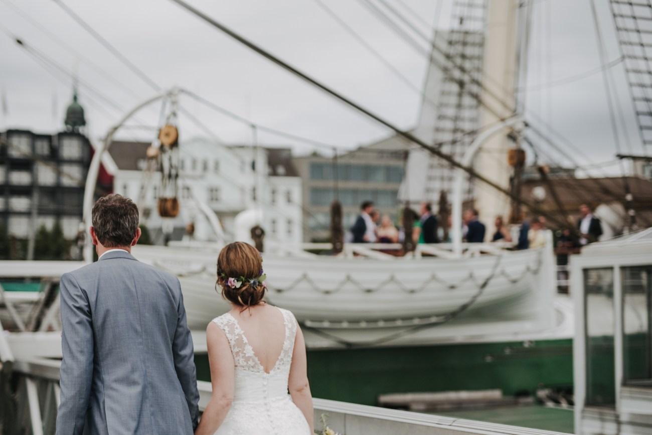Hochzeit am Hamburger Hafen, Brautpaar kommt am Segelschiff Rickmer Rickmers an