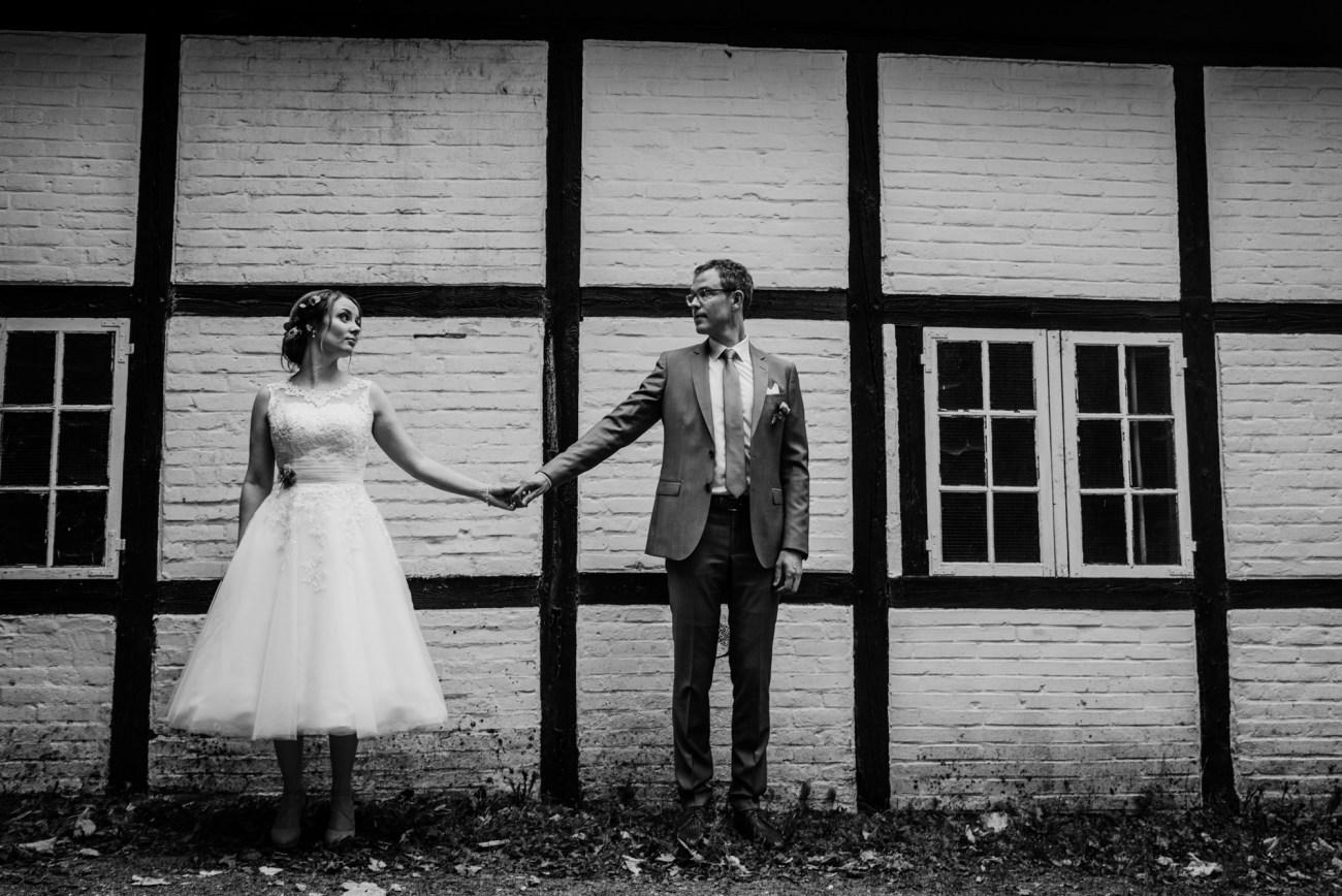 Hochzeit in Hamburg, Brautpaarshooting vor einem Fachwerkhaus