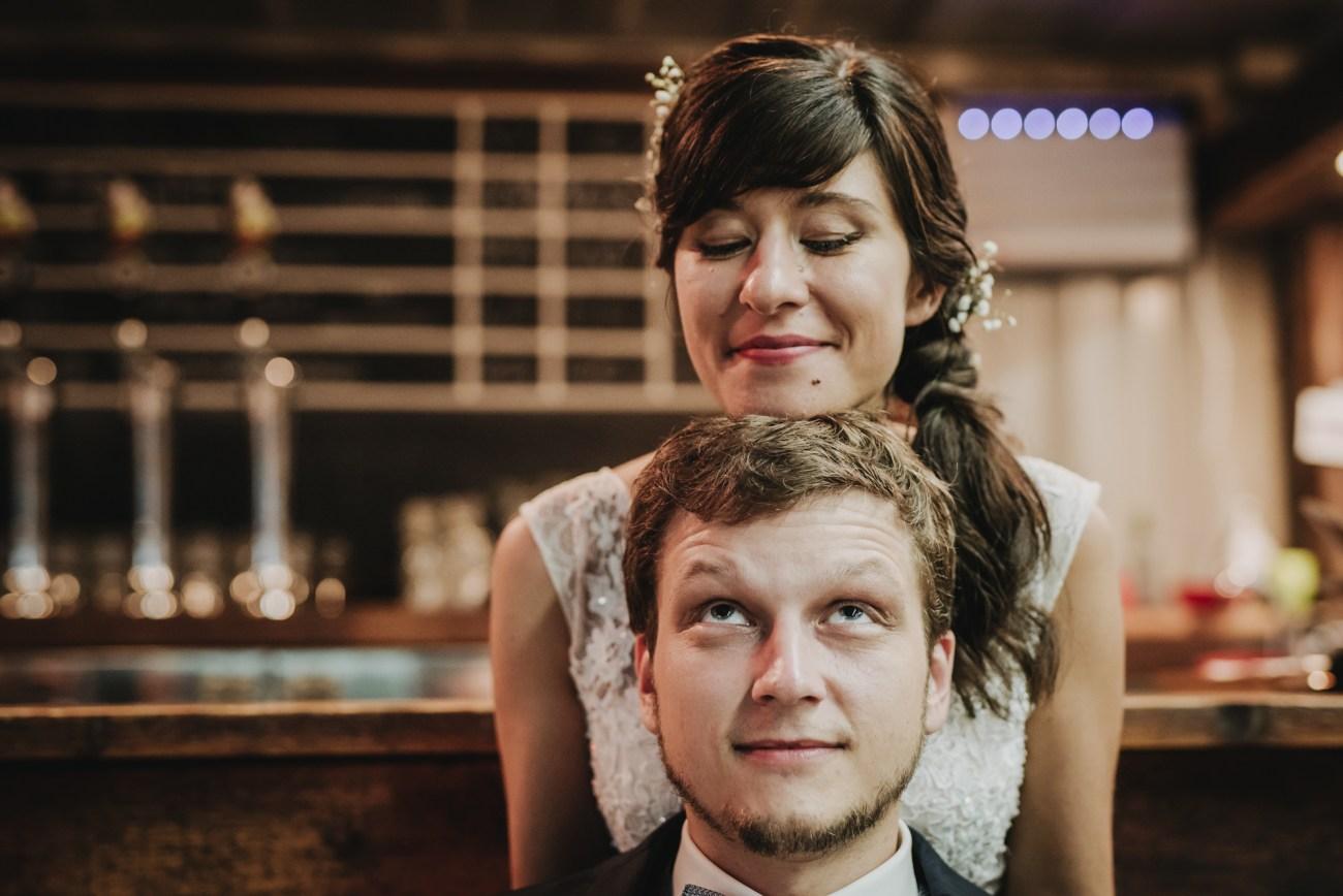Brautpaar bei einem Brautpaarshooting in der Bier Brauerei Landgang für Craft Beer in Hamburg