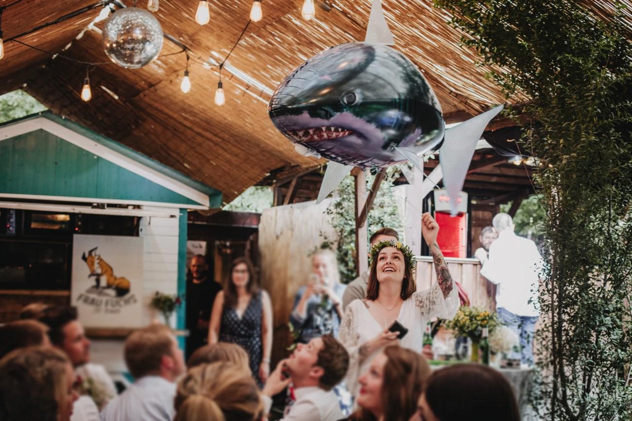 Tätowierte Braut bei einer Hochzeit im Club Grüner Jäger in Hamburg