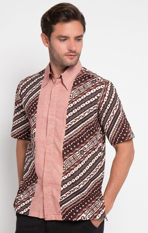 - Kemeja batik print lengan pendek - Warna merah - Kerah standar - Unlined - Regular - Kancing dan kantong depan - Material katun prima