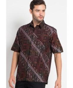- Kemeja batik print - Multiwarna - Detail kerah - Unlined - Body fit - Kancing depan - 1 kantong depan - Material katunc
